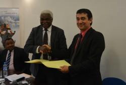 Signature protocole entre M Jean Pierre Elong Mbassi (SG CGLU Afrique) & M. Stéphane Pouffary (Prési